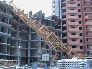 Падение башенного крана на жилой дом